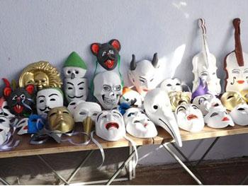Un basarabean confecționează măști pentru Carnavalul de la Veneția