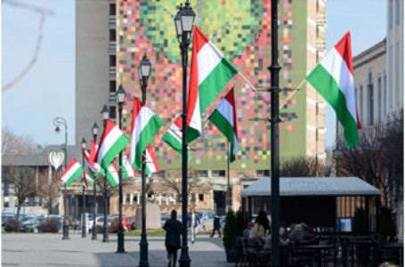 10.000 de lei amendă pe numele primarului UDMR din Sfântu Gheorghe pentru arborarea nelegală a drapelului Ungariei pe 15 martie