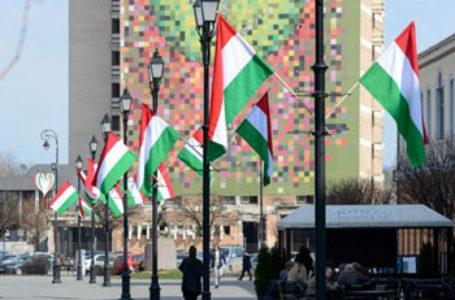 Primarul UDMR din Sfântu Gheorghe a arborat, din nou, zeci de drapele ale Ungariei, fără drapelul României. Antal Arpad a plătit deja mai multe amenzi pe acest subiect