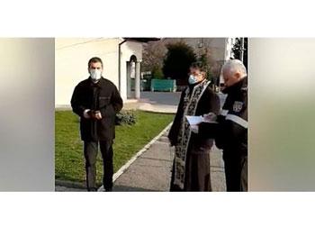 Represiune stalinistă la Râmnicu Vâlcea! Imagini cu autoritățile în acțiune în incinta unei biserici din Râmnicu Vâlcea: Mi-a murit soțul, să nu-l pomenesc? Nu aveți voie doamnă!