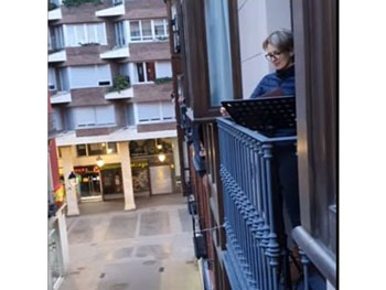 """Soprana româncă Alexandra Tarniceru, spectacol în balcon: """"O voce angelică ce mângâie străzile pustii"""" (VIDEO) Nicoleta Nicolau / 1 apr 2020, 16:57 Salveaza PDF Comentarii"""