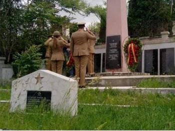 """""""Să vă fie rușine! Nu știți că aici aveți eroii României"""". De Ziua Eroilor, coroane la monumentul militarilor sovietici"""