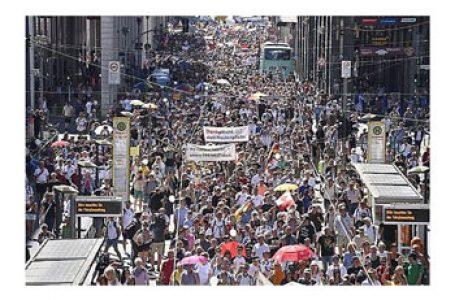 """Zeci de mii de oameni au marcat în capitala Germaniei """"Sfârșitul pandemiei – Ziua Libertății"""", protestând împotriva îngrădirii drepturilor fundamentale sub pretext epidemiologic"""