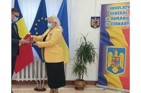 Înaltă distincție a Statului Român pentru o profesoară de limba română din regiunea Cernăuți. La ceremonie ambasadorul României în Ucraina nu a precizat nimic de bursele promise de statul român elevilor români din Ucraina