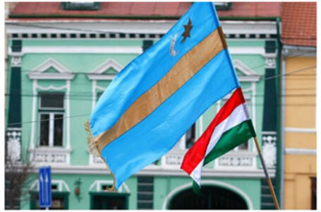 Sentință DEFINITIVĂ: Primarul UDMR din Ojdula, OBLIGAT de instanță să îndepărteze steagul secuiesc de pe domeniul public